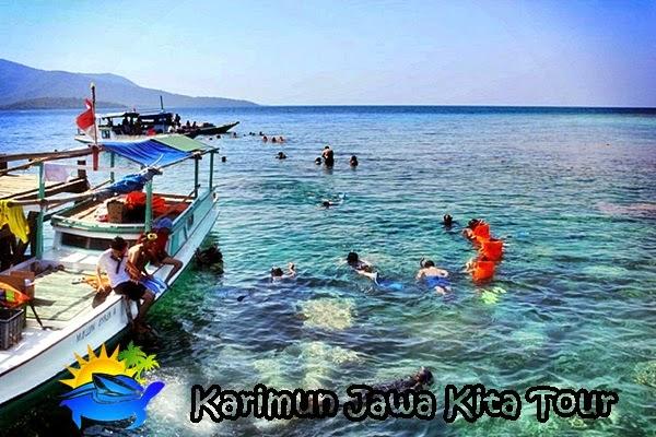 Penduduk lokasi wisata di Karimun Jawa (KarimunJawaKitaTour)