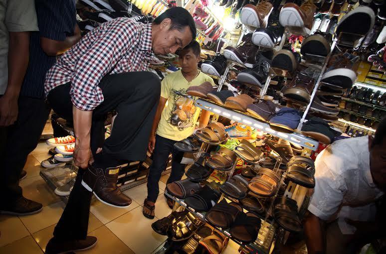 Presiden Jokowi-berkunjung dan mencoba-sepatu-cibaduyut