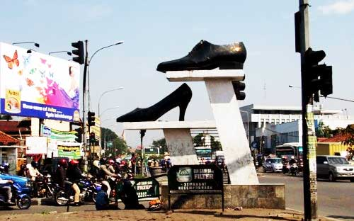 Tugu penunjuk lokasi sentra sepatu Cibaduyut