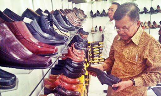 Wakil Presiden Yusuf Kalla berkunjung dan mencoba Sepatu Cibaduyut